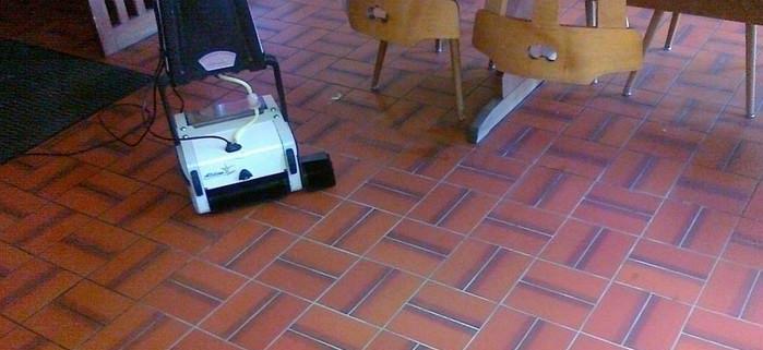 Bodenreinigung im Restaurant